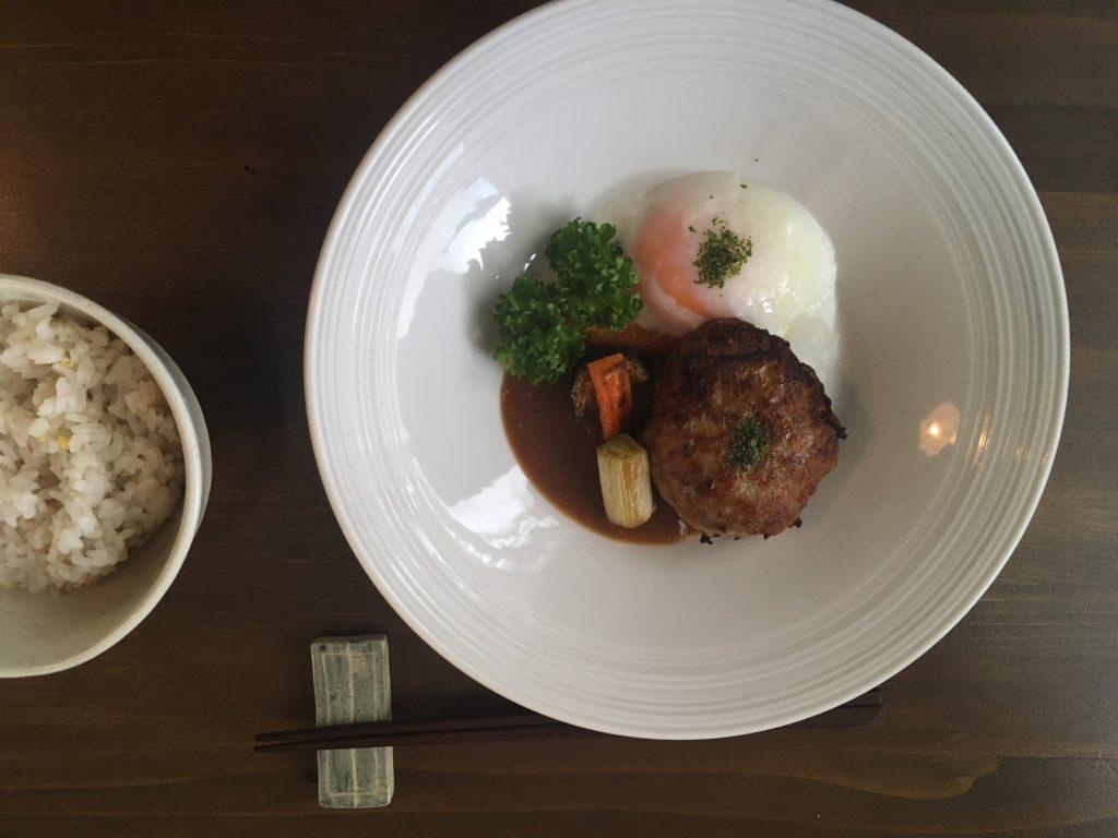 オアシス食堂のハンバーグ
